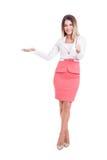 Belle femme d'affaires présent avec la main et montrant CORRECT Photographie stock libre de droits