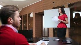 Belle femme d'affaires présentant un exposé pour l'équipe