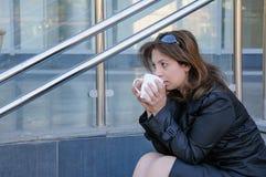 Belle femme d'affaires réussie ayant un coffebreak Image libre de droits