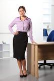 Belle femme d'affaires restant dans le bureau image stock