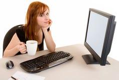 Belle femme d'affaires rousse dans une pause-café photo libre de droits