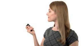 Belle femme d'affaires sérieuse dans la robe grise faisant la présentation avec l'indicateur de laser Fond blanc d'isolement banque de vidéos