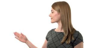 Belle femme d'affaires sérieuse dans la robe grise faisant la présentation Fond blanc d'isolement clips vidéos