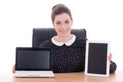 Belle femme d'affaires s'asseyant dans le bureau et montrant l'ordinateur portable Image libre de droits