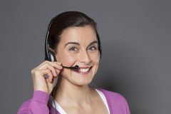 belle femme d'affaires 30s enthousiasmée pour utiliser un casque comme téléphone Photographie stock libre de droits