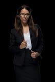 Belle femme d'affaires sûre posant dans le costume noir Photo libre de droits