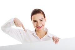 Belle femme d'affaires se dirigeant sur l'espace de copie. Images stock