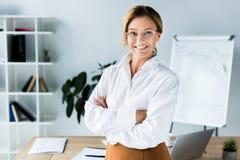 Belle femme d'affaires se tenant avec les bras croisés images libres de droits