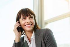 Belle femme d'affaires sur l'appel téléphonique professionnel photo stock