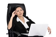 Belle femme d'affaires sur un ordinateur portable Image libre de droits