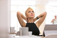 Belle femme d'affaires travaillant en café Photos stock