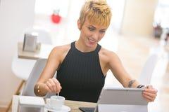 Belle femme d'affaires travaillant en café Photo libre de droits