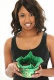Belle femme d'Afro-américain avec le cadre de la menthe Cand de chocolat Photographie stock
