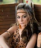 Belle femme d'Amazone posant avec l'arc Images stock