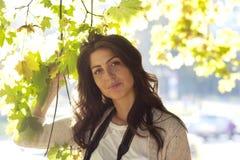 Belle femme d'automne en parc d'or Photo libre de droits
