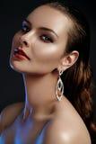 Belle femme dans des boucles d'oreille de luxe de mode Bijoux brillants de diamant avec des brilliants Bijoux d'accessoires, maqu Images libres de droits