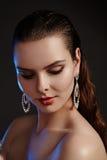 Belle femme dans des boucles d'oreille de luxe de mode Bijoux brillants de diamant avec des brilliants Bijoux d'accessoires, maqu Photos libres de droits