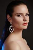 Belle femme dans des boucles d'oreille de luxe de mode Bijoux brillants de diamant avec des brilliants Bijoux d'accessoires, maqu Photo libre de droits