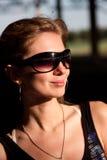 Belle femme dans des lunettes de soleil Photo stock