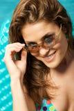 Belle femme dans des lunettes de soleil. Image stock