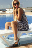 Belle femme dans des lunettes de soleil fille d'été près de la piscine Femme blond dans de hauts talons Photo libre de droits