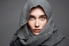 Belle femme dans l'écharpe mode Arabe Images stock