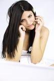 Belle femme dans l'amour souriant tout en parlant sur l'Internet Images libres de droits