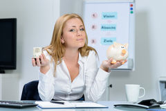Belle femme dans l'inquiétude de bureau au sujet des coûts de chauffage Photo libre de droits