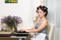 Belle femme dans la cuisine avec le carnet Images stock