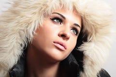 Belle femme dans la fille de hood.white fur.winter style.fashion Photographie stock