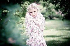Belle femme dans la forêt Image stock