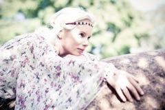Belle femme dans la forêt Photo stock