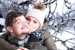Belle femme dans la forêt de l'hiver Photographie stock