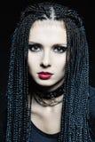 Belle femme dans la forme gothique avec des tresses. Image stock