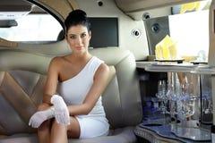 Belle femme dans la limousine Photo stock