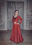 Belle femme dans la longue robe médiévale rouge Images stock