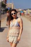 Belle femme dans la marche de robe de plage photos stock