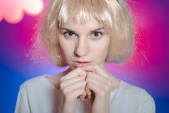 Belle femme dans la perruque sur l'écran coloré avec Image libre de droits