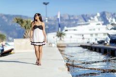 Belle femme dans la pose de marina image stock