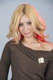 Belle femme dans la pose rouge pour la séance photos photos stock