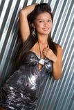 Belle femme dans la robe argentée image stock