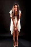 Belle femme dans la robe blanche sur le noir Photo stock