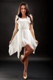 Belle femme dans la robe blanche sur le noir Image libre de droits