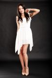 Belle femme dans la robe blanche sur le noir Photographie stock libre de droits