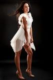 Belle femme dans la robe blanche sur le noir Images libres de droits