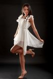Belle femme dans la robe blanche sur le noir Photographie stock