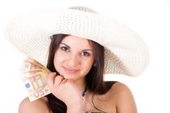 Belle femme dans la robe d'été avec le chapeau et l'argent Images stock