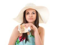 Belle femme dans la robe d'été avec le chapeau et l'argent Photo libre de droits