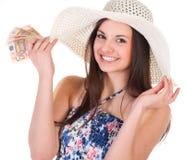Belle femme dans la robe d'été avec le chapeau et l'argent Photos stock