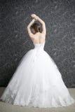 Belle femme dans la robe de mariage blanche avec le corset Photographie stock